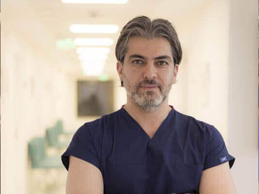 Serkan Aygin nella sua clinica